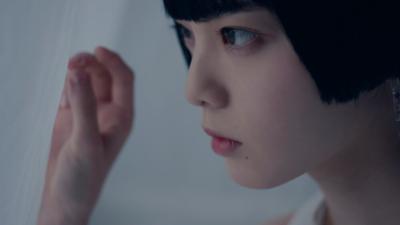 平手友梨奈(ANREALAGE(アンリアレイジ)の2021年春夏パリコレクションのオープニング映像より)
