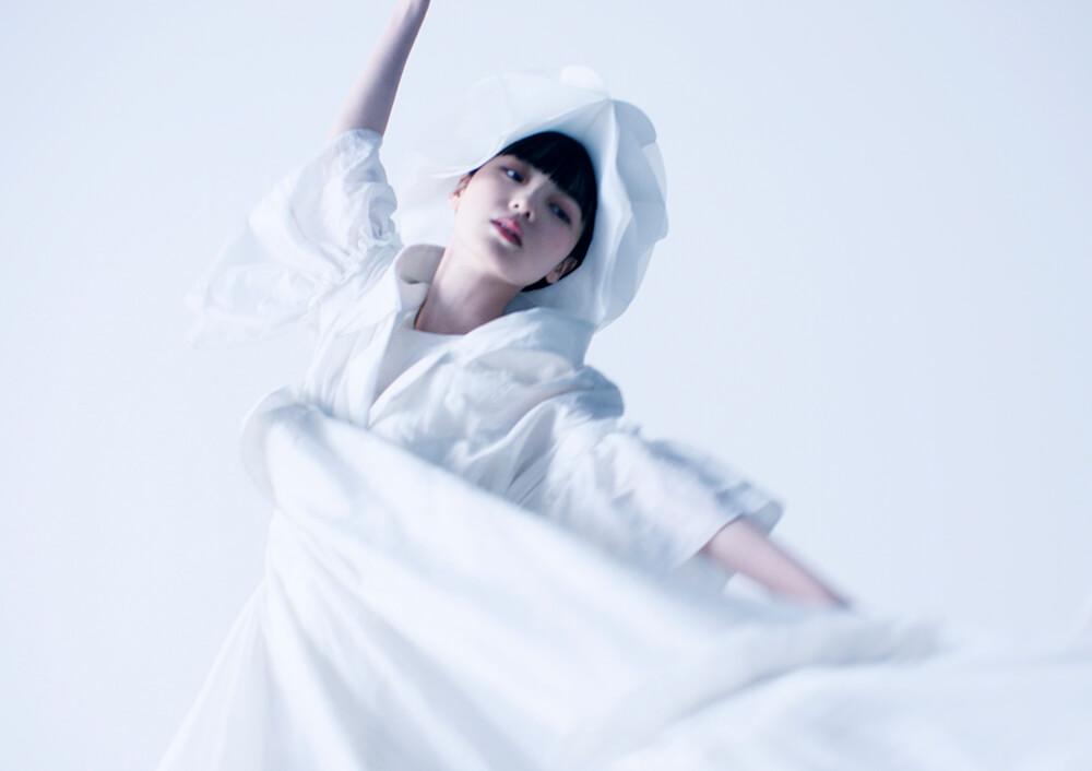 平手友梨奈、ANREALAGE(アンリアレイジ)の2021年春夏パリコレクションのオープニング映像