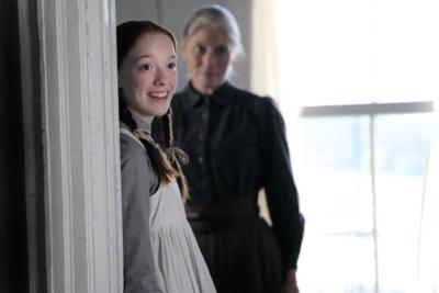 マリラとアン。マリラの学生時代の恋愛エピソードも描かれた。Netflixオリジナルシリーズ『アンという名の少女』シーズン1~3独占配信中