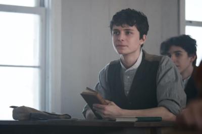 ギルバートは父親の看病のため、学校を休んでいる。Netflixオリジナルシリーズ『アンという名の少女』シーズン1~3独占配信中