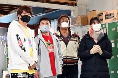 マスクを着けるのは観客だけではない。長州のマスクが小さいのは彼がアベノマスク愛好家だから(C)TBS