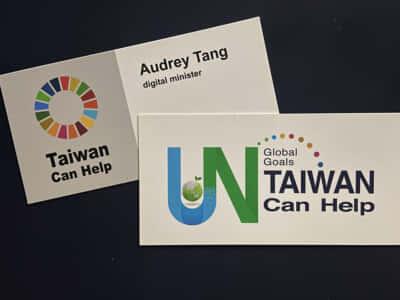 画像仮/オードリーの名刺、左が表で右が裏面。「私は名刺に、デジタル担当大臣とだけ記載しています。これは台湾政府のために働く人間ではなく、台湾政府と共に仕事をする人間であるという私の姿勢を示しているのです」とオードリーは語る(本書P205より)