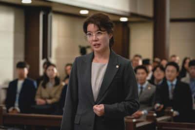 凄腕の悪徳検事、チェ・ミョンヒ(キム・ヨジン)。最近の韓国ドラマでは中年女性が活躍することが多い/Netflixオリジナルシリーズ『ヴィンチェンツォ』独占配信中