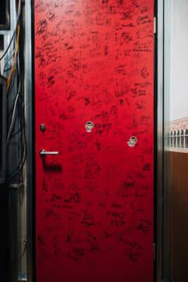 サインがびっしりのドア発見