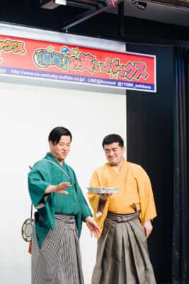 大宮セブンの一員、すゑひろがりずも『爆笑‼お笑いバックス』に頻繁に出演しているコンビ。この日は楽屋の唐揚げ弁当に関するトークを展開