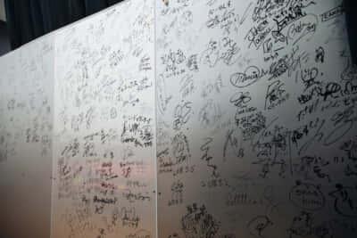 劇場にあるパネルにはこれまで出演した芸人たちのサインが