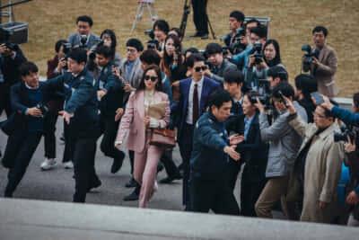 裁判所に乗り込む『あぶない刑事』……じゃなくてヴィンチェンツォとチャヨン/Netflixオリジナルシリーズ『ヴィンチェンツォ』独占配信中