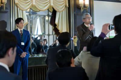 マスコミに向かって重大発表をする三芳総長(松重豊)(5話より)写真提供/NHK
