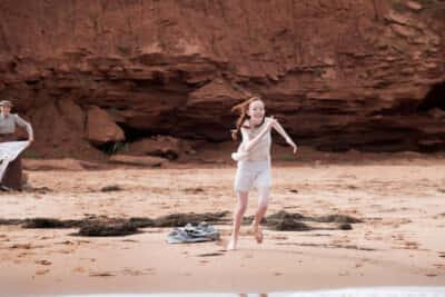 シーズン2の1話には、マシュー、マリラ、アンの3人が海辺で遊ぶシーンも/Netflixシリーズ『アンという名の少女』シーズン1~3独占配信中